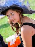 有一个俏丽的帽子的可爱的妇女 库存图片