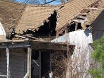 有一个倒塌的屋顶的被放弃的议院 免版税图库摄影