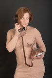 有一个减速火箭的电话的女孩 免版税库存照片