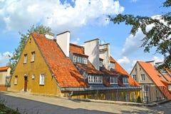 有一个分开的入口的老房子在有双重斜坡屋顶的房屋的地板上 华沙, 库存图片