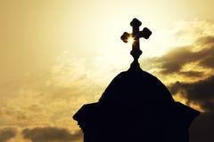 有一个十字架的教堂或教会屋顶在剪影 库存照片