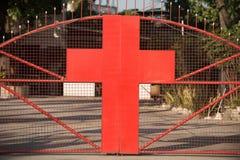 有一个十字架的门在红色 库存图片