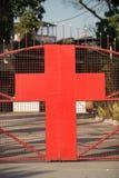 有一个十字架的门在红色 图库摄影