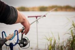 有一个卷轴的钓鱼竿在河附近 钓鱼在鲤鱼,鲂 免版税库存图片