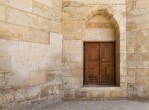 有一个历史的装饰的木门的老墙壁,开罗,埃及 免版税库存照片