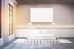 有一个双人床、海报和两盏灯的主卧室,被定调子 免版税库存图片
