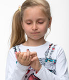 有一个受伤的手指的小女孩 免版税库存照片