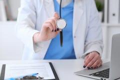 有一个听诊器的医生在手上 免版税图库摄影