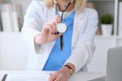 有一个听诊器的医生在手上 免版税库存图片