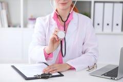 有一个听诊器的医生在手上 免版税库存照片