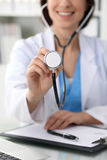 有一个听诊器的在手上,关闭医生 准备好的医师审查和帮助患者 医学,医疗保健和 图库摄影