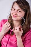 有一个听诊器的女性医生在她的手上 库存图片