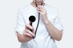 有一个听诊器的妇女医生在白色背景的手上 孤立 免版税库存图片