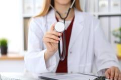有一个听诊器的未知的女性医生在手上 医师是redy对exemine每患者 图库摄影