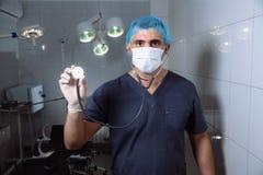有一个听诊器的医生在手上 医疗工具的概念 库存照片