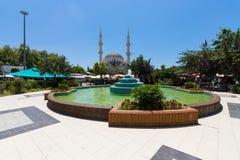 有一个喷泉的中心广场在村庄 库存照片