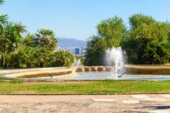 有一个喷泉的庭院在前景,巴塞罗那,西班牙 免版税图库摄影