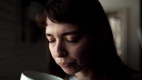 有一个圆环的女孩在他的鼻子喝从一个杯子特写镜头的咖啡在咖啡馆 影视素材
