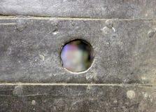 有一个圈子型孔的木板 免版税库存照片