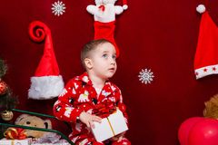 有一个圣诞节礼物的迷人的孩子在手上 库存图片