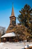 有一个塔的美丽的罗马尼亚遗产木材教会在冬天设置 库存图片