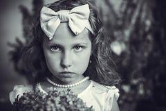 有一个外缘的小女孩以弓的形式 免版税图库摄影