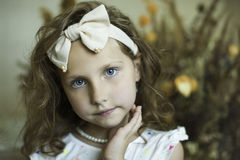 有一个外缘的小女孩以弓的形式 图库摄影