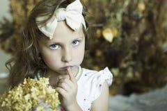 有一个外缘的小女孩以弓的形式 库存照片