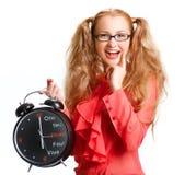 有一个大时钟的微笑的美丽的女孩 图库摄影