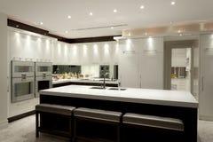 有一个大海岛的豪华厨房 库存照片