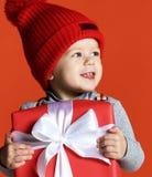 有一个大礼物盒的愉快的微笑的男孩在手上 免版税库存图片