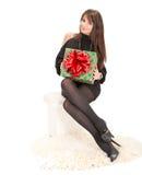 有一个大箱子礼物的快乐的妇女 库存图片