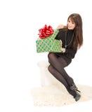 有一个大箱子礼物的快乐的妇女 免版税库存照片