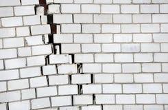 有一个大裂缝的砖墙 免版税库存照片