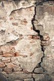 有一个大裂缝的老损坏的墙壁 免版税库存图片