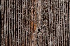 有一个大裂缝的老,黑木板在中部 库存照片