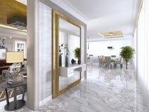 有一个大设计师镜子的豪华艺术Deco门厅 图库摄影