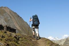 有一个大量背包的远足者 免版税库存图片