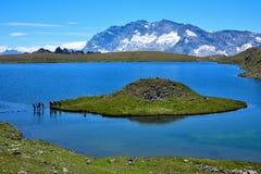 有一个奇怪的形状海岛的湖在意大利阿尔卑斯 库存照片
