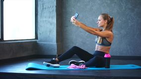 有一个好图的一个女孩在健身房的一个手机做selfie 股票视频