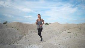 有一个好图的少妇沿含沙公园有效地跑自白天 股票录像