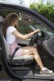 有一个好姿势的年轻司机驾驶的 免版税库存照片