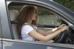 有一个好姿势的年轻司机驾驶的 库存照片