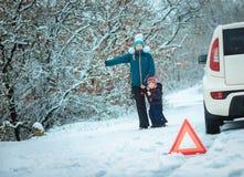 有一个孩子的妇女冬天路的 图库摄影