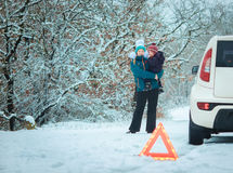 有一个孩子的妇女冬天路的 免版税库存照片