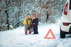 有一个孩子的妇女冬天路的 免版税图库摄影