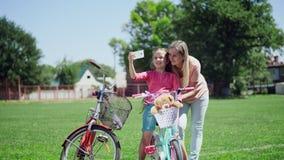 有一个孩子的妈妈自行车的做selfie 股票视频