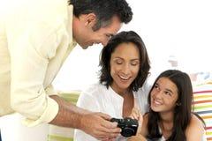 有一个孩子的愉快的家庭 免版税图库摄影
