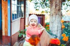 有一个孩子的母亲在庭院里 免版税库存图片
