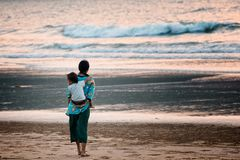 有观看海洋的孩子的母亲 图库摄影